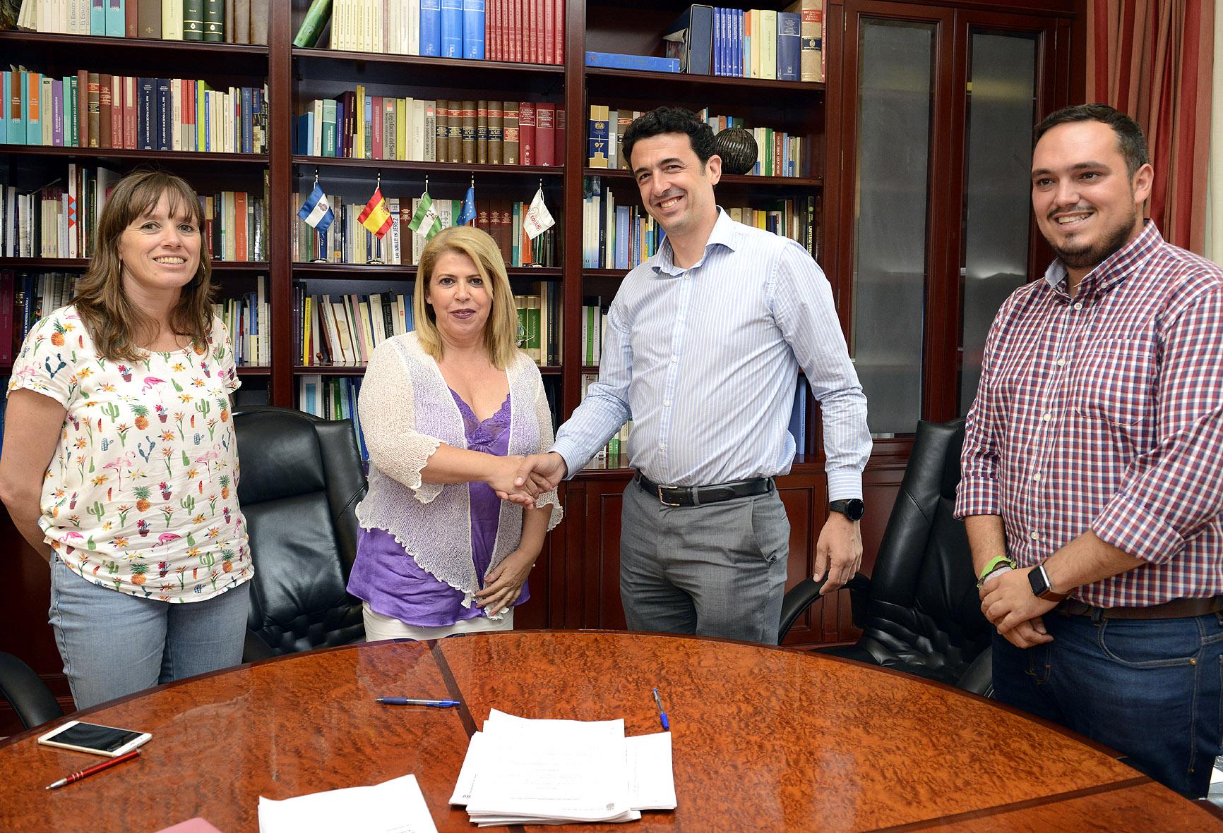 La alcaldesa durante la firma del contrato