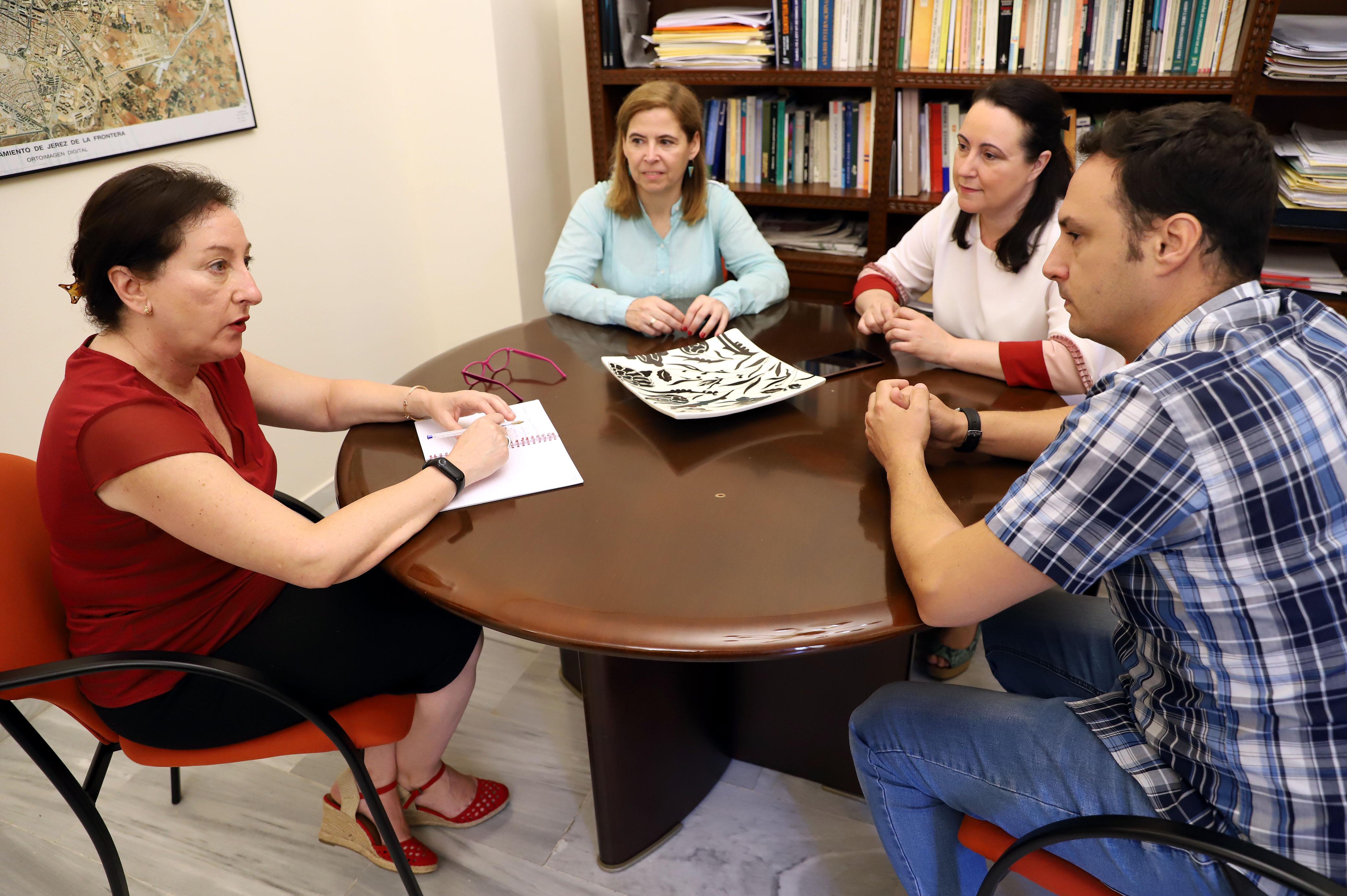 Isabel Gallardo durante la reunión