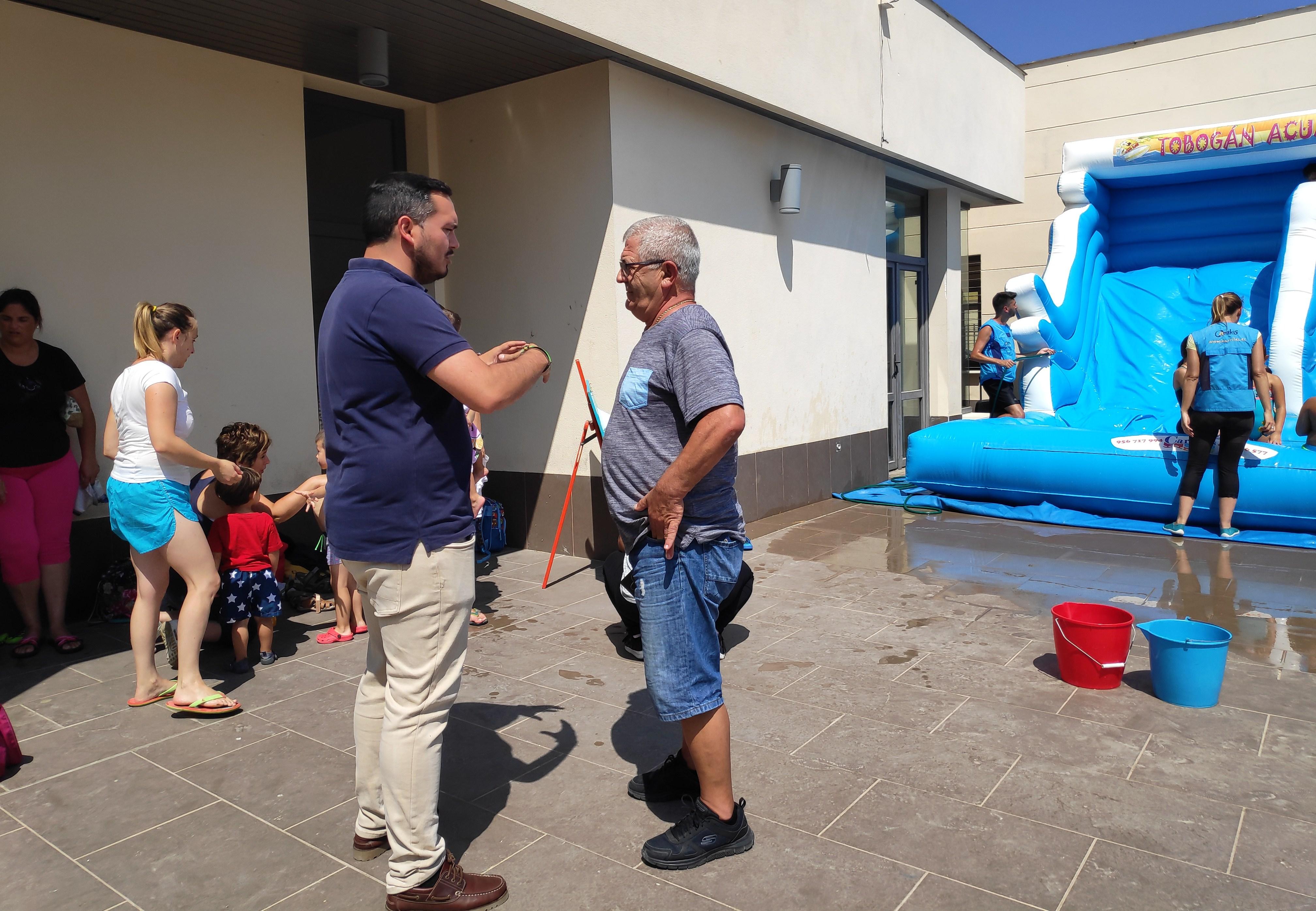 Jesús Alba durante la visita a la actividad infantil en Cuartillos