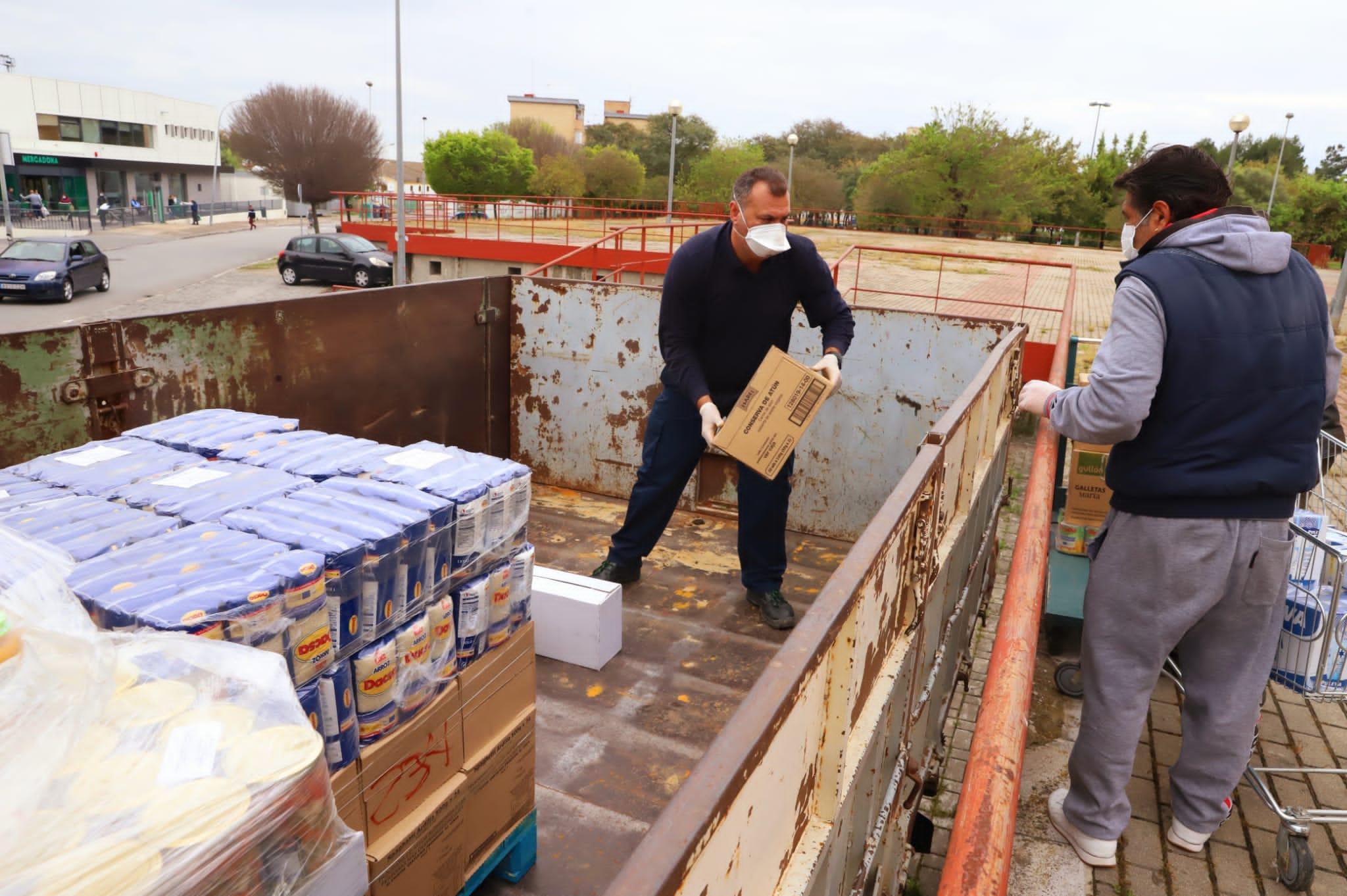 Voluntarios descargado alimentos