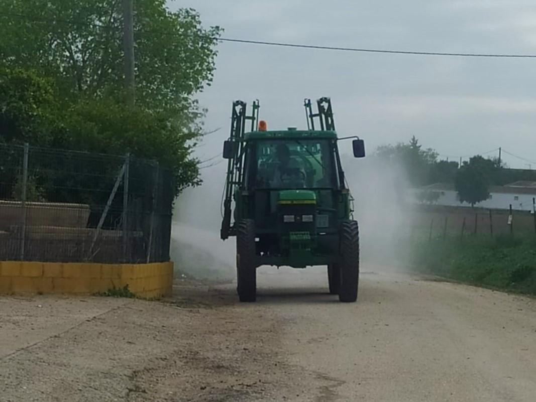Un tractor limpiando en la zona rural