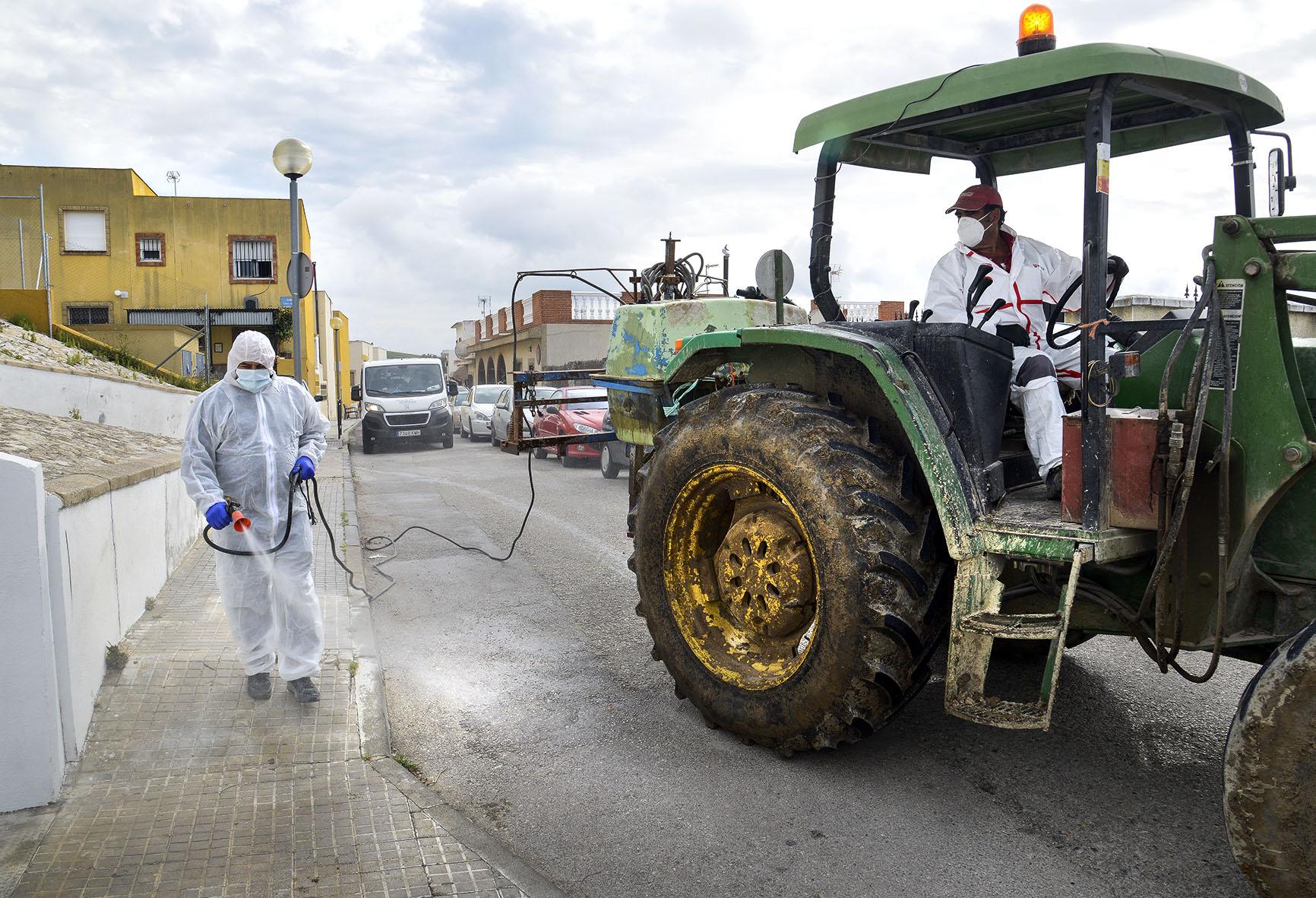 Agricultores realizando labores de limpieza y desinfección en la zona rural