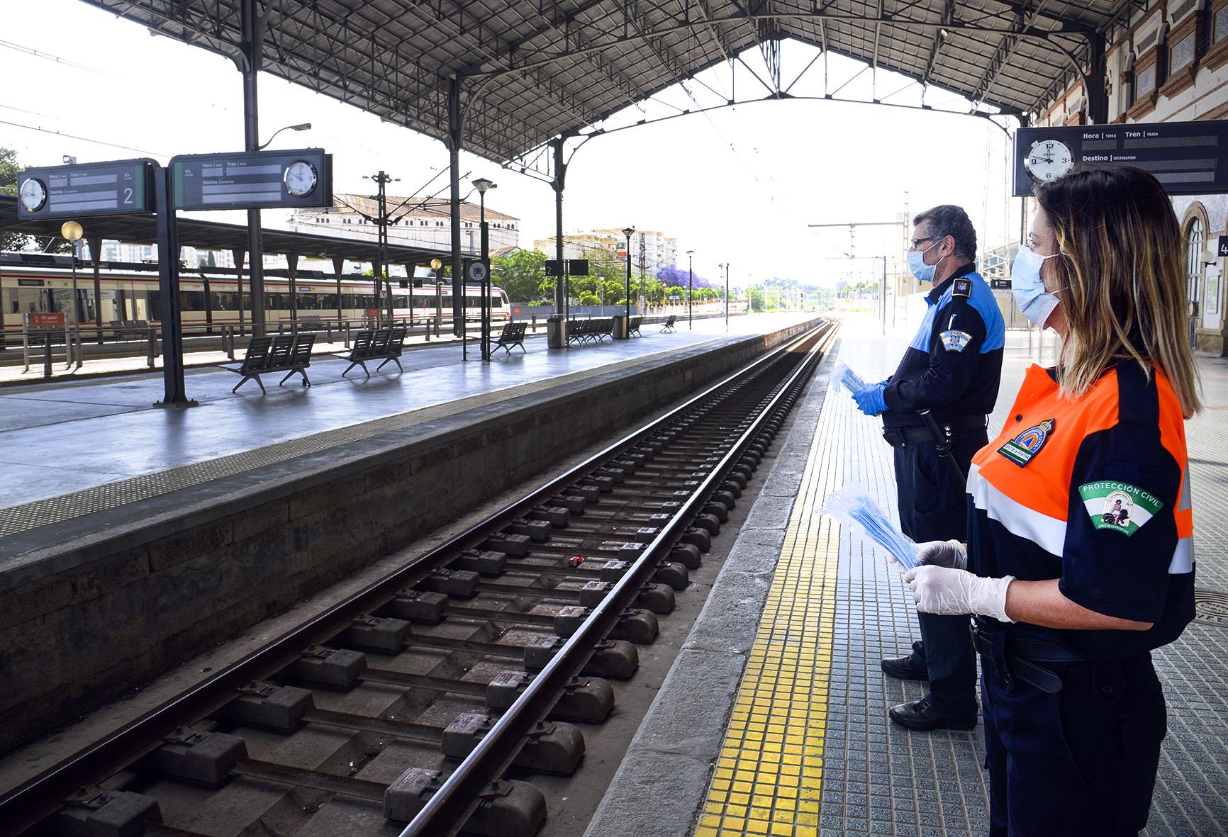 Personal en la Estación de Trenes repartiendo mascarillas