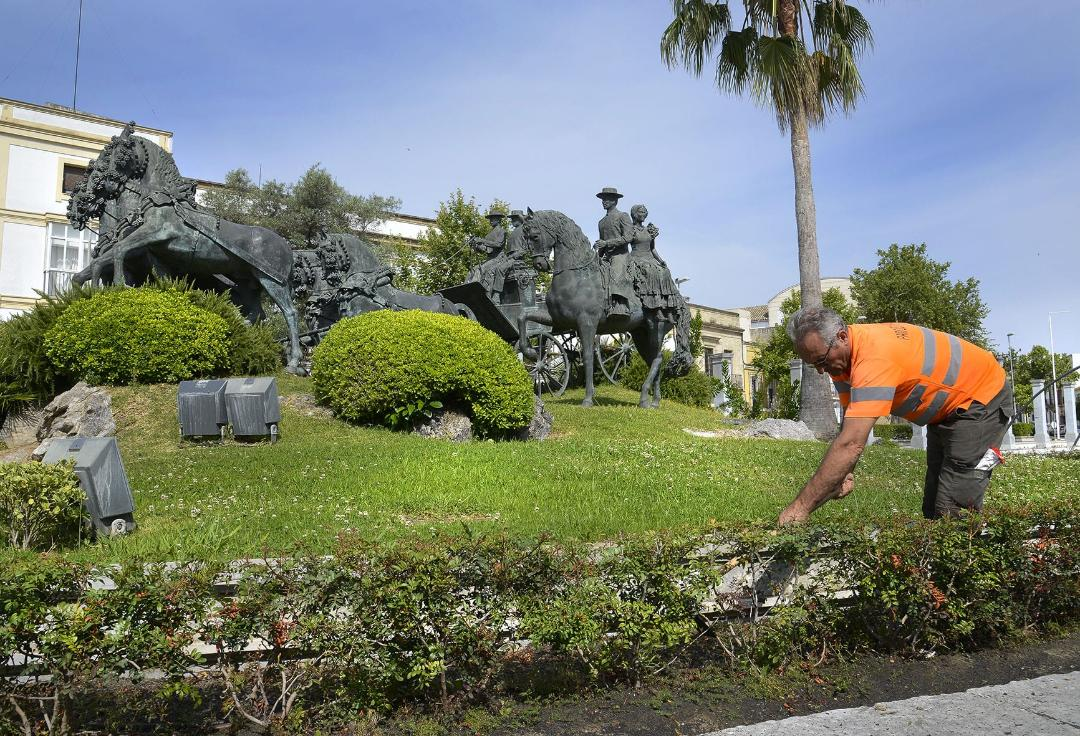 Trabajador junto al monumento de El Mamelón