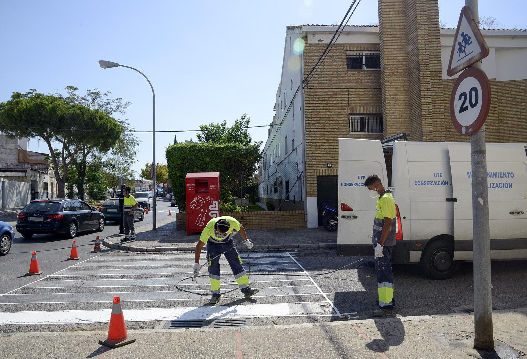 Trabajadores realizando las labores de pintado