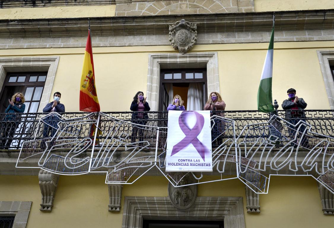 Pancarta 25N en fachada Ayuntamiento